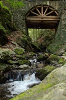Pod-mostem